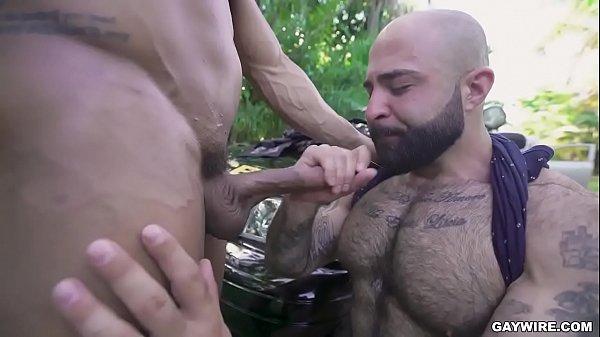 Gay dando o cu e gozando com a piroca dentro