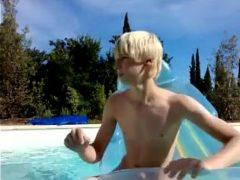 Novinho pelado tomando banho na piscina