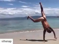 Paulo Vilhena pelado na praia de nudismo