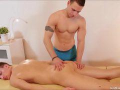Bebendo porra de macho depois da massagem