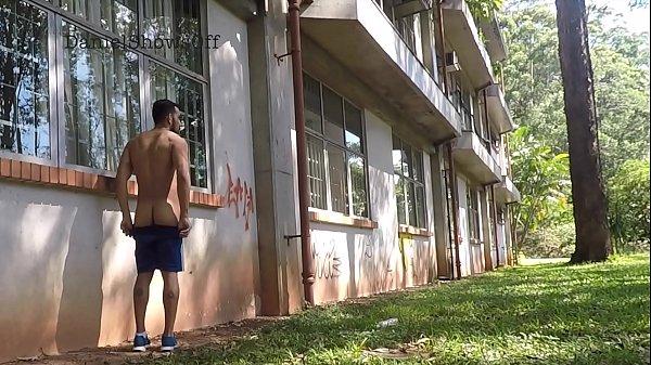 Gays roludos transando por de trás da escola