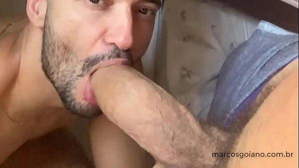 Brasileiro gostoso chupando um pau grande